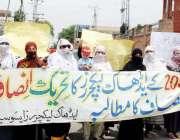پشاور: ایڈھاک لیکچر ایسوسی ایشن کی خواتین حضرات اپنے مطالبات کے حق ..