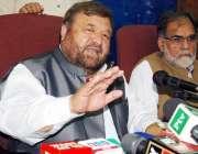 پشاور: پاکستان مسلم لیگ (ن)کے صدر پیر سابر شاہ پریس کانفرنس سے خطاب کر ..