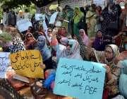لاہور: ٹیچر ایسوسی ایشن پنجاب اسمبلی کے سامنے اپنے مطالبات کے حق میں ..