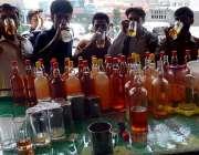 لاہور: گرمی کی شدت کم کرنے کے لیے شہری ٹھنڈی مشروبات پی رہے ہیں۔