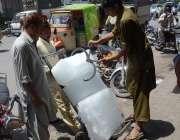 لاہور: برف فروش گرمی میں دوکانوں پر برف سپلائی کر رہا ہے۔
