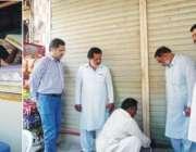 حافظ محمد نجیب اسسٹنٹ کمشنر پیر محل ہمراہ ڈاکٹر باہلک علی ناقص اور ..