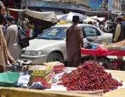 کوئٹہ: کندھاری بازار میں ایک ریڑھی بان چرے فروخت کرنے کے لیے لیجا رہا ..