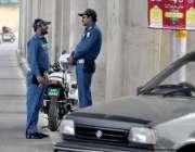 راولپنڈی: سخت گرمی کے باعث ٹریفک وارڈ ن سائے تلے کھڑے ہیں۔