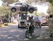 لاہور: ایک ٹریفک وارڈن غلط پارک کی گئی گاڑی کو لفٹر کے ذریعے اٹھا کر ..