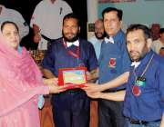 پشاور: فل کنٹکٹ نیشنل کراٹے چمپئن شپ کے موقع پر ڈائریکٹر جنرل سپورٹس ..