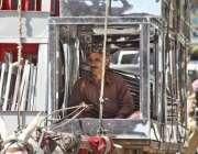 لاہور: ایک محنت کش گدھا ریڑھی پر ایئر کولر کی باڈیاں لیجا رہا ہے۔