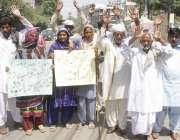 لاہور: شیخوپورہ کے رہائشی تھانہ بھکی انتظامیہ کی جانب سے انصاف نہ ملنے ..