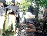 پشاور: چمکنی تھانہ میں پکڑے جانیوالا اسلحہ ایس پی رولر شاکر خان بنگش ..