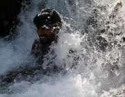 اسلام آباد: وفاقی دارالحکومت میں شہری گرمی کی شدت سے بچنے کے لیے تفریحی ..
