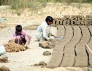 اٹک: محنت کش اینٹوں کے بھٹے پر اینٹیں بنانے میں مصروف ہیں۔
