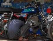 اسلام آباد: ایک مکینک موٹر سائیکل مرمت کرنے میں مصروف ہے۔