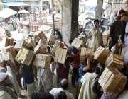 لاہور: پھل فروش فروٹ منڈی سے آم فروخت کے لیے لیجا رہے ہیں۔