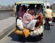 لاہور: شہری خطرناک انداز سے موٹر سائیکل رکشہ پر سفر کر رہے ہیں جو کسی ..