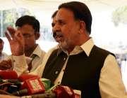 لاہور: اپوزیشن لیڈر میاں محمود الرشید پنجاب اسمبلی کے باہر میڈیا سے ..