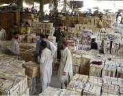 لاہور: بیوپاری فروٹ منڈی میں آم کی خرید و فروخت میں مصروف ہیں۔