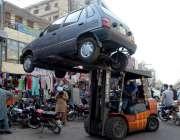 لاہور: فیروزپور روڈ پر ٹریفک وارڈن نو پارکنگ میں کھڑی گاڑی لفٹر سے اٹھا ..