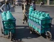 لاہور: گرمی میں اضافہ اور لوڈ شیڈنگ کے باعث محنت کش پانی گوتلوں میں ..