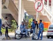 راولپنڈی: نو پارکنگ ایریا میں ٹریفک وارڈن موٹر سائیکل کھڑی کر کے گپ ..