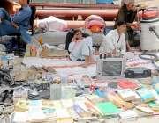راولپنڈی: کمیٹی چوک ہفتہ وار اتوار بازار میں ایک شخص پرانی کتابوں اور ..