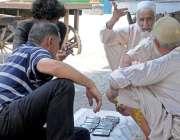 راولپنڈی: کمیٹی چوک ہفتہ وار اتوار بازار میں شہری پرانے مبائل پسند ..