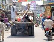 راولپنڈی: ٹی ایم اے اہلکار شہر میں لگے غیر قانونی بورڈ اکھاڑ کر لیجا ..