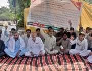 پشاور: ایم ڈبلیو ایم کے ارکان اپنے مطالبات کے حق میں احتجاج کر رہے ہیں۔