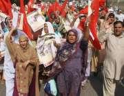 لاہور: انجمن مزارعین اوکارہ اپنے مطالبات کے حق میں احتجاج کر رہے ہیں۔