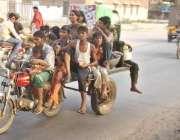 لاہور: تین روزہ پولیو مہم کے آغا ز پر بچے کو پولیو سے بچائے کے قطرے پلانے ..