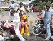 لاہور: مال روڈ پر کسان بورڈ کے احتجاج کے موقع پر راستہ بند ہونے پر ایک ..