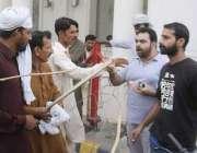 لاہور: مال روڈ پر کسان بورڈ کے احتجاج کے موقع پر راستہ بند ہونے پرمظاہرین ..