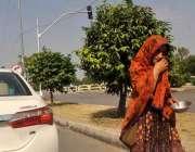 اسلام آباد: ایک خانہ بدوش خاتون سگنل پر کھڑی گاڑیوں سے بھیک مانگ رہی ..
