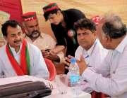 کراچی: تحریک انصاف کے رہنما حلیم عادل شیخ گلبرگ ٹاؤن میں پی ٹی آئی کے ..
