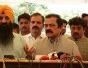لاہور: صوبائی وزیر قانون رانا ثناء اللہ پنجاب اسمبلی کے باہر میڈیا ..