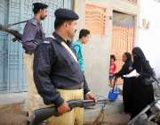 کراچی: پولیو ٹیم انتہائی سیکیورٹی میں گھر گھر جا کر بچوں کو پولیو کے ..