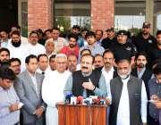 فیصل آباد: پنجاب کے وزیر تعلیم رانا مشہور احمد خان ڈی سی آفس میں میڈیا ..