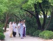 اسلام آباد: مقامی پارک میں شہری خوشگوار موسم سے لطف اندوز ہو رہے ہیں ..