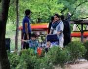 اسلام آباد: مقامی پارک میں شہری خوشگوار موسم سے لطف اندوز ہو رہے ہیں۔