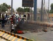حیدر آباد: پیئن کالونی کے رہائشی ٹائر جلا کر لوڈ شیڈنگ کے خلاف احتجاج ..
