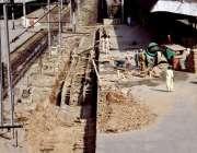 لاہور: ریلوے اسٹیشن پلیٹ فارم 6پر مزدور ٹریک کی مرمت کر رہے ہیں۔