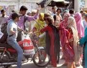 لاہور: منڈی وار برٹن کے رہائشیوں نے مقامی پولیس کے خلاف احتجاج کے دوران ..