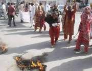 لاہور: منڈی وار برٹن کے رہائشی مقامی پولیس کے خلاف ٹائر جلا کر احتجاج ..