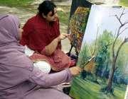 لاہور: طالبات باغ جناح میں پینٹنگ بنانے میں مصروف ہیں۔