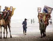 کراچی: شہری خوشگوار موس میں اونٹ کی سواری سے لطف اندوز ہو رہے ہیں۔