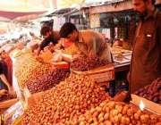 کراچی: رمضان کی آمد آمد پر دوکانداروں نے کھجوریں فروخت کے لیے سجا رکھی ..