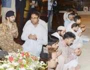 لاہور: گورنر ہاؤس میں قرآن خوانی کے بعد گورنر پنجاب ملک محمد رفیق رجوانہ ..