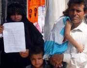 کراچی: لیاری کی رہائشی فیملی کراچی پریس کلب کے باہر اپنے مطالبات کے ..