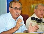 پشاور: پاکستان چیسٹ سوسائٹی کے صدر ڈاکٹر ارشاد جاوید پشاور پریس کلب ..