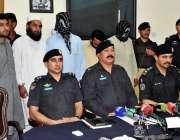 پشاور: ایس پی سٹی وسیم مروت میں پریس کانفرنس سے خطاب کر رہے ہیں۔