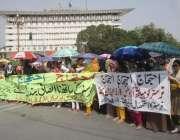 لاہور: ینگ نرسز اپنے مطالبات کے حق میں دوسرے روز بھی مال روڈ بلاک کر ..